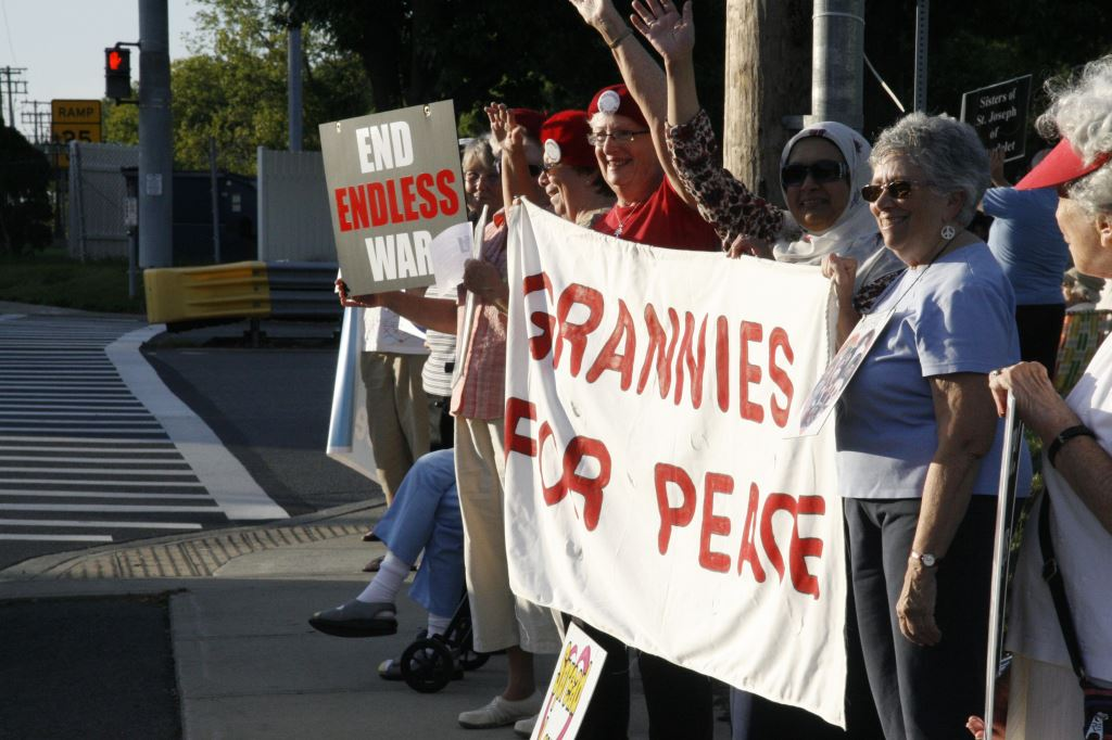 11 Grannies for Peace banner with Anita, Mussarat, Dot, photo by Mabel